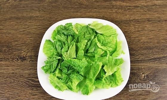 А пока займитесь сборкой салата. На тарелку выложите промытые листья салата.