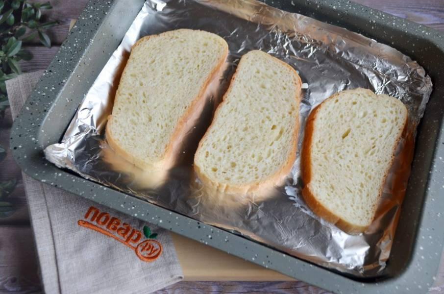 5. Противень застелите фольгой. Выложите на него намоченный в молоке хлеб.