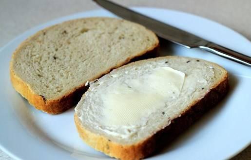 Намазываем ломтик хлеба сливочным маслом.