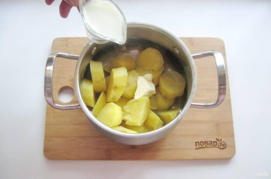 Хорошо нагрейте молоко и влейте в картофель.