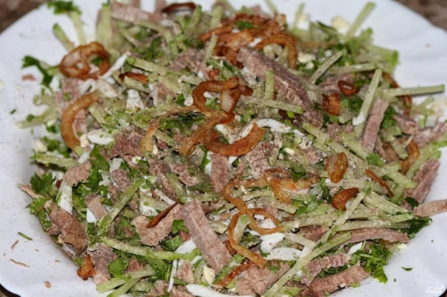 4. Теперь смешаем в салатнице говядину, яйца, редьку, лук и измельченную кинзу. Специи - по вкусу.