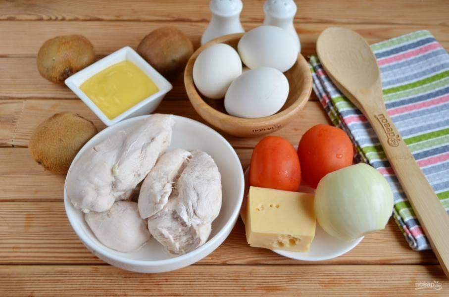 Подготовьте продукты для салата. Отварите куриное филе в соленой воде. Отварите яйца, остудите и снимите скорлупу. Вымойте помидоры. Приступим!