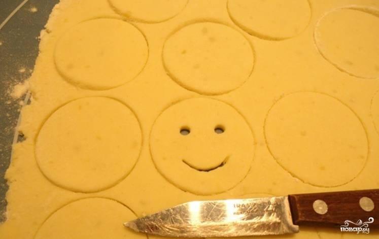 Ножом вырезаем улыбочку.