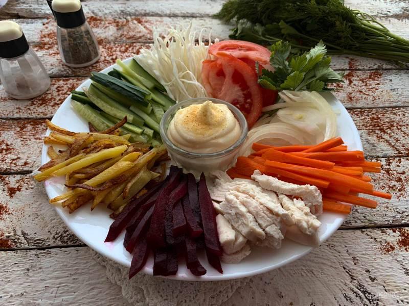 """Салат """"Радуга"""" с картошкой фри"""