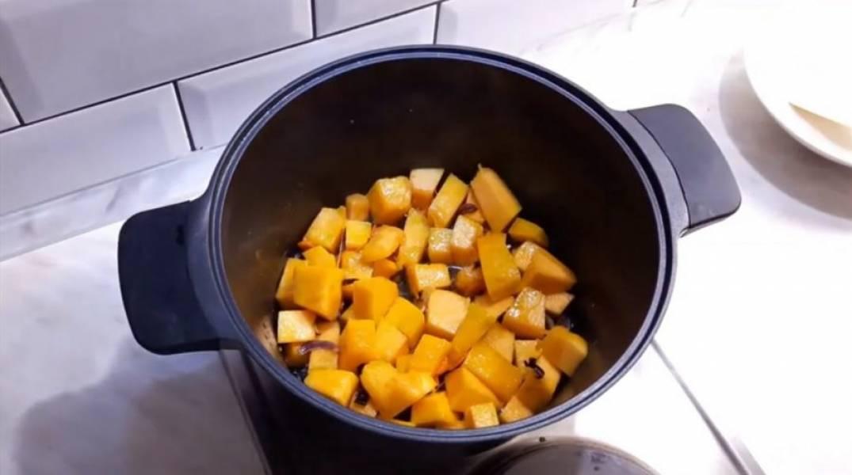 2. В кастрюлю налейте немного оливкового масла, добавьте сливочное масло, отправьте туда овощи. Несколько минут обжарьте их до полупрозрачности. Затем добавьте тыкву и немного обжарьте ее вместе с овощами.