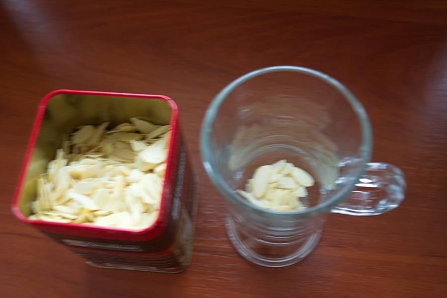 В каждую чашку поместите несколько кусочков миндаля (лепестков).