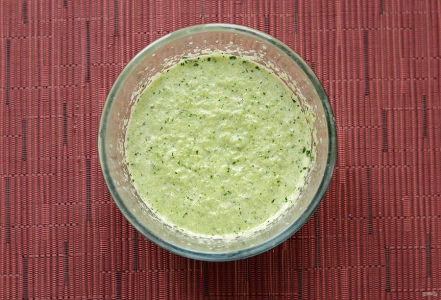 Измельчите в блендере перец, чеснок и петрушку. Добавить растительное масло, уксус, соль и сахар. Ещё раз измельчите до однородной консистенции.