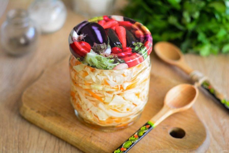Затем прикройте банки крышками и поставьте капусту в холодильник еще на 3 дня. Пробуйте на вкус готовую закуску. Если капуста хорошо просолилась, все готово. Приятного вам аппетита!