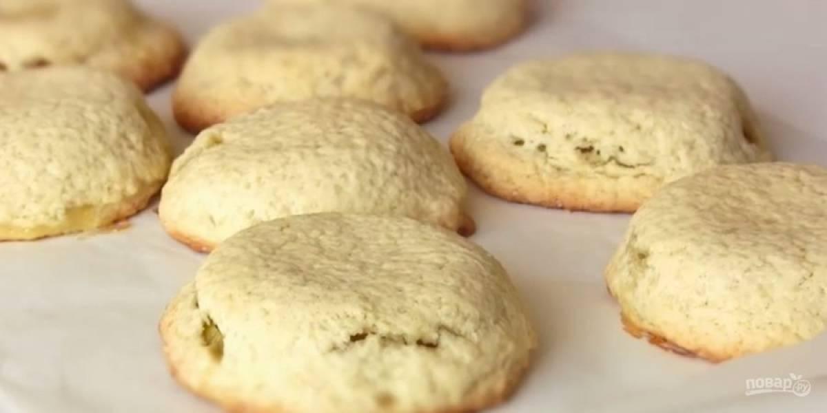4. Выпекайте в разогретой до 200 градусов духовке 30 минут. Готовые пирожки присыпьте сахарной пудрой. Приятного аппетита!