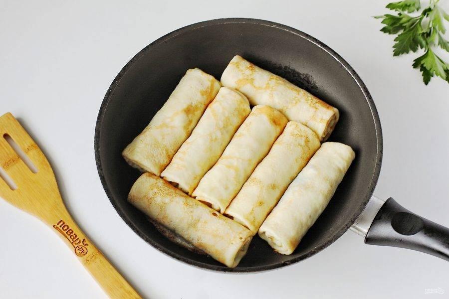 Обжарьте готовые блины на сковороде с двух сторон до золотистой корочки.