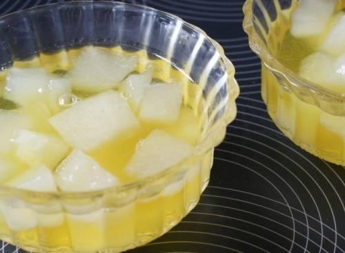 Теперь мы раскладываем дыню по формам и заливаем ее желатиновой массой. Когда жидкость остынет, формы нужно поставить в холодильник до полного застывания желе.