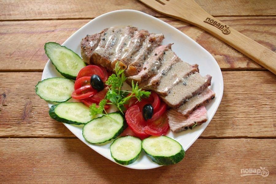 Сервируйте блюдо нарезанными овощами.