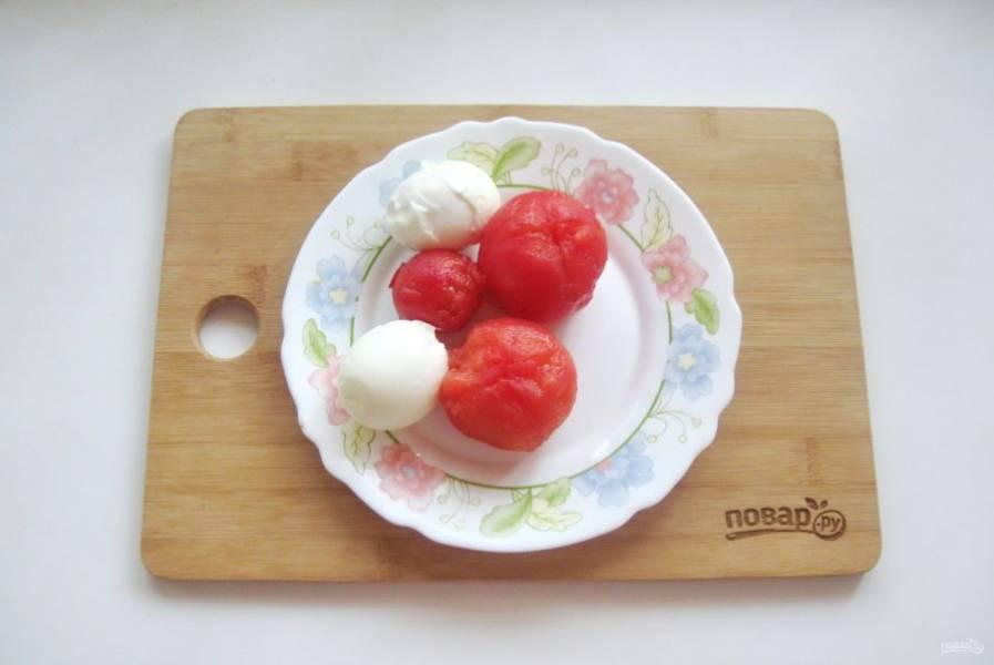 Яйца сварите вкрутую, охладите и очистите. Помидоры обдайте кипятком и снимите кожицу.