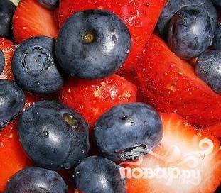 1. Поскольку все компоненты этого витаминного напитка измельчаются, вы можете использовать примятые ягоды черники и клубники или перезревшие бананы, которые уже не подашь на стол без обработки.