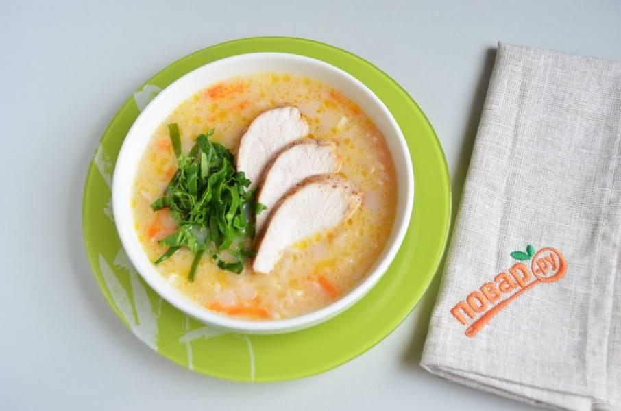 8. Куриное филе порежьте наискосок, шпинат — тонкими полосочками. Положите в суп мясо и зелень, сразу подайте его к столу. Приятного!
