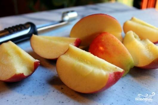 3. Яблоки вымойте, обсушите и нарежьте, удалив сердцевину.