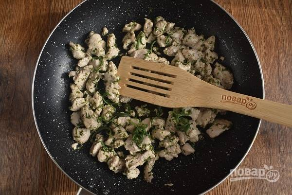 Разогрейте на сковороде масло с ароматными травами, обжарьте кусочки куриного мяса   по 3-4 минуты с каждой стороны до румяной корочки. Выложите пока мясо на тарелку.
