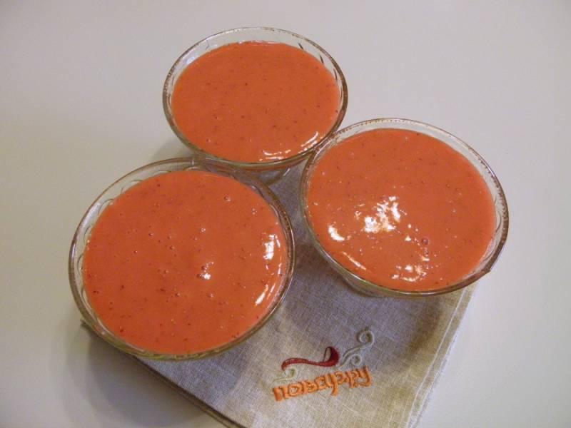 Возьмите не большие креманки или стаканчики, разлейте мусс и поставьте в холодильник на 2-3 часа до полного застывания.