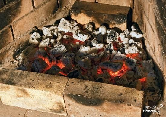 4. Если вы готовите люля дома, то лучше за полчаса положить в холодильник и шампура. Подготовьте мангал - углей должно быть много и они должны быть максимально раскалены. Это один из секретов правильного приготовления.