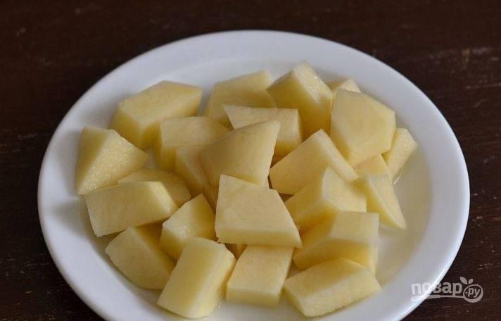Очистите и вымойте картофель. Затем нарежьте его на кусочки одинакового небольшого размера. Положите картошку в борщ и варите до готовности десять минут.