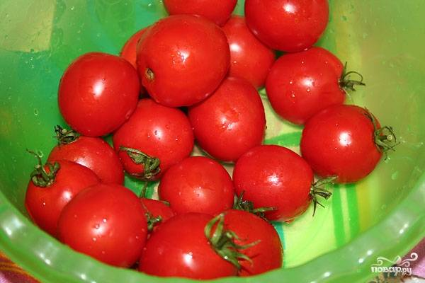 1. Первым делом вымойте помидорки, обсушите их немного. Можно толстой иглой сделать небольшие проколы.