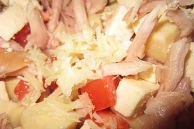 Выкладываем все подготовленные ингредиенты в салатник и добавляем к ним чеснок, пропущенный через чеснокодавку.