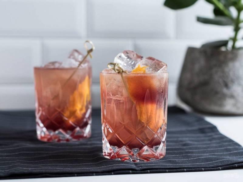 В конце влейте портвейн. Украсьте коктейль апельсиновой коркой. Приятной дегустации!