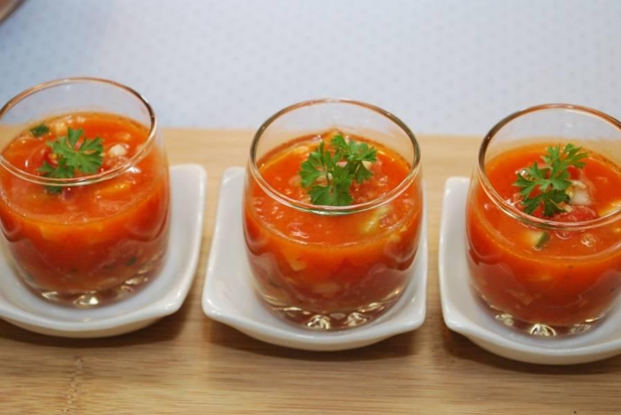 5. Добавьте к овощам томатный сок, специи, оливковое масло, хорошенько перемешайте. Охладите гаспачо в холодильнике или подайте в посуде с кубиками льда. Кстати, подавать гаспачо можно оригинально - в стакане или маленькой баночке. Украсьте порции зеленью. Гаспачо готов! Приятного аппетита!