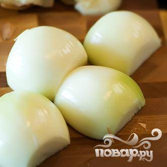 Нарезать луковицы напополам.