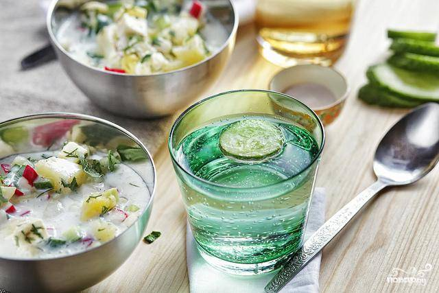Вегетарианскую окрошку лучше всего подавать охлажденной с огуречным напитком. Желаю приятного аппетита!