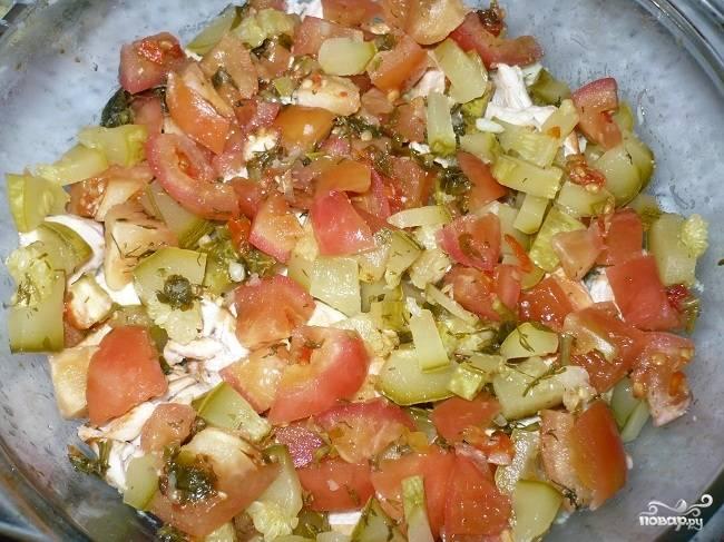 6. Форму для выпекания смазываем маслом. Выкладываем в неё половину пюре, затем — обжаренные кусочки филе. Маринованные овощи нарезаем небольшими кусочками и укладываем поверх курицы в форму.