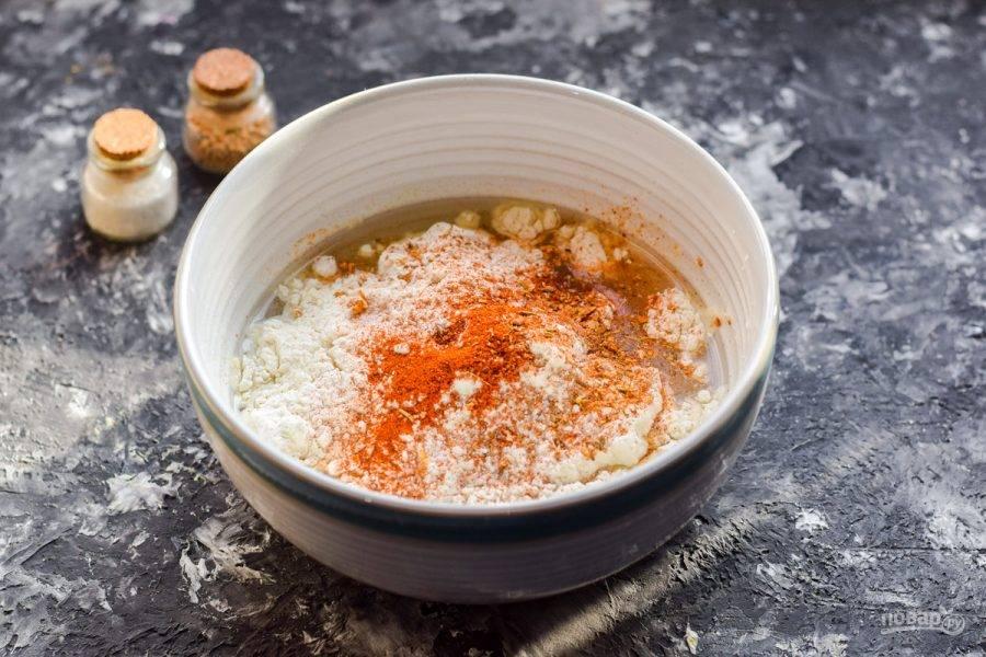 Всыпьте следом соль, перец, паприку, сухой чеснок.
