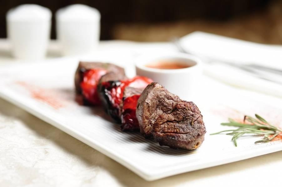 Спустя это время нанизывайте шашлык на шампур, чередуя мясо с перцем. Запекайте в духовке при 200 градусах в течение 40 минут. Приятного аппетита!