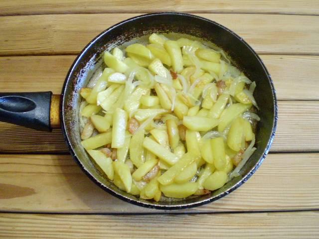 8. Картошка с салом на сковороде готова! Лук не обязателен, но с ним еще вкуснее. Приятного аппетита!