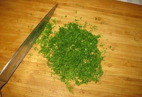 5. Вымойте, просушите и измельчите укроп. При желании можно использовать и любую другую зелень.