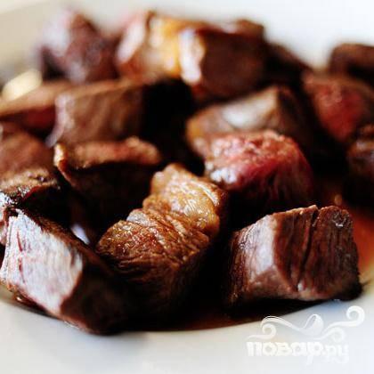Обжарьте мясо со всех сторон, лучше это сделать за 2-3 захода. Перекладывайте готовое мясо в отдельную тарелку.
