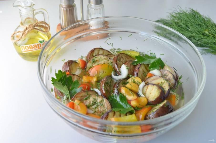 7. Залейте овощи теплым рассолом (перед заливкой влейте уксус и перемешайте). Оставьте овощи при комнатной температуре на ночь.