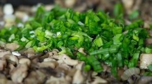 К готовой начинке кладем измельченный зеленый лук.