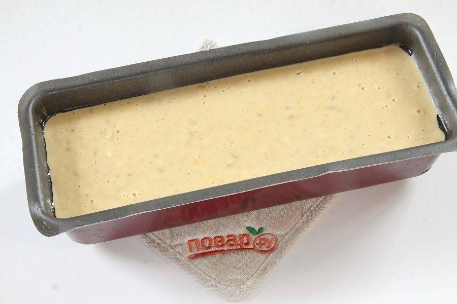 Перемешайте и вылейте тесто в смазанную маслом форму для выпечки.