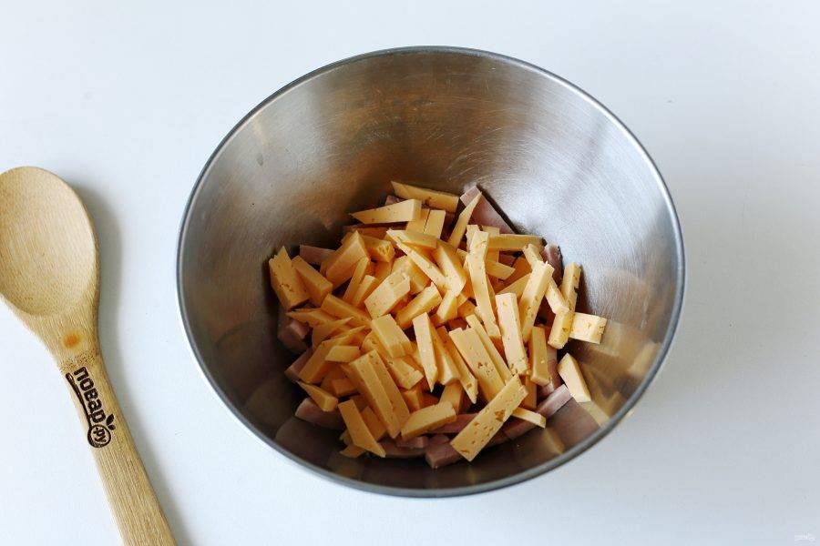 Примерно такой же соломкой нарежьте сыр.