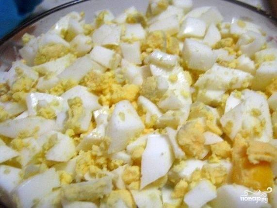 6.Сформируйте салат. Уложите продукты слоями, каждый из которых посолите, посыпьте перцем по вкусу и помажьте майонезом. Первым слоем уложите томаты.