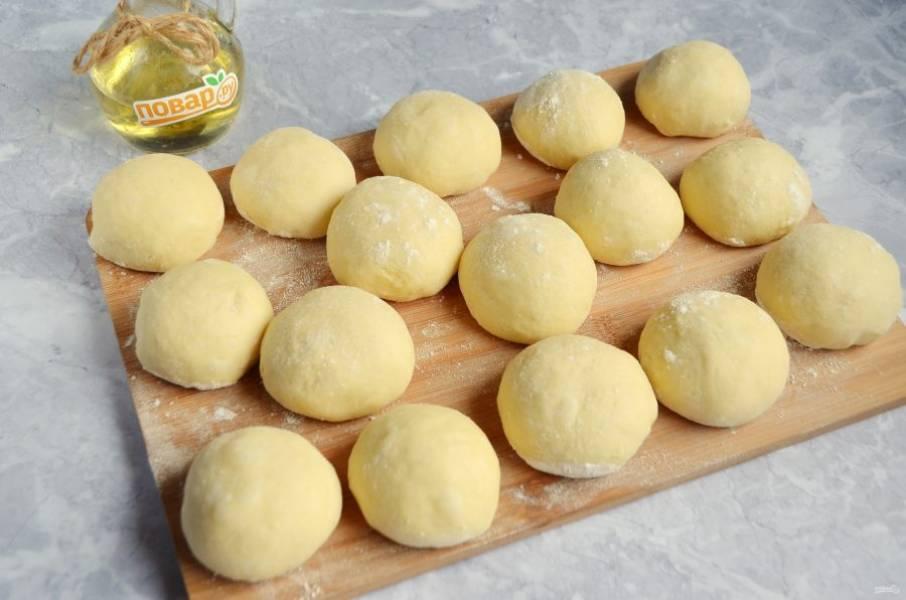 6. Когда тесто увеличится в два раза, приступаем к формированию булочек. Разделите тесто на части по 60-70 г каждая, это примерно 12-14 шариков, мне удобно было разделить на 16 кусочков.