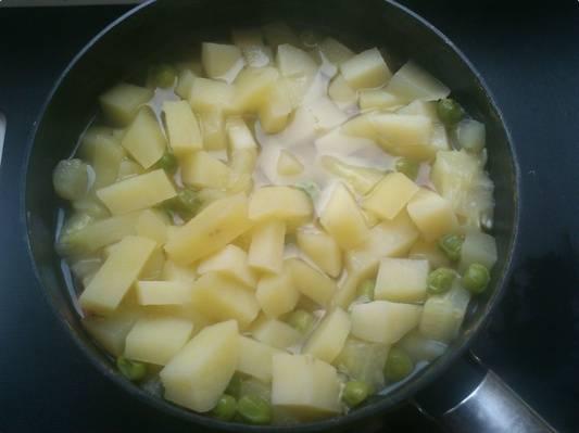 1. Все овощи моем, чистим. Если у вас они из магазина - пусть постоят в воде час перед готовкой. Воду меняем, заливаем овощи кипятком, доводим до кипения, и варим 30 минут.