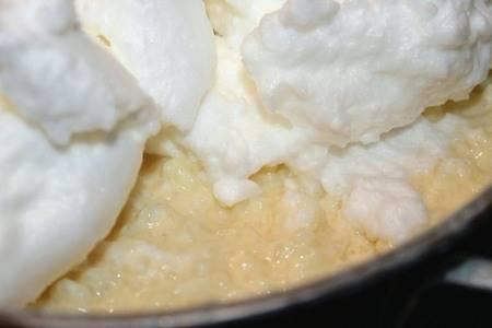 5. Белки взбиваем в густую пену и добавляем к рисовой массе.