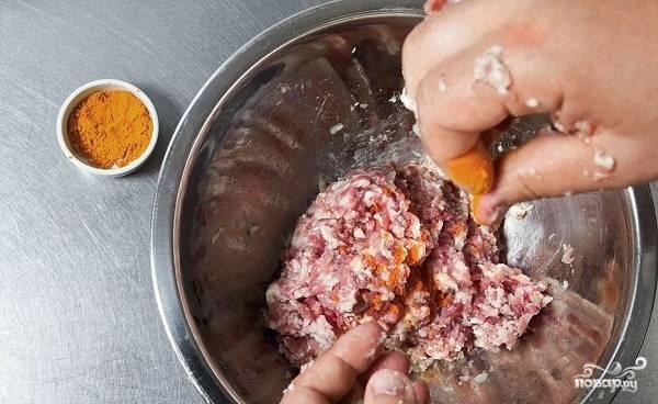 2. Остальное мясо вымойте, обсушите немного и пропустите через мясорубку вместе луком. Перемешайте фарш, посолите и поперчите по вкусу, добавьте куркуму. Отварите минуты 2 рис в подсоленной воде и добавьте в фарш. Все как следует перемешайте и оставьте пока в холодильнике.
