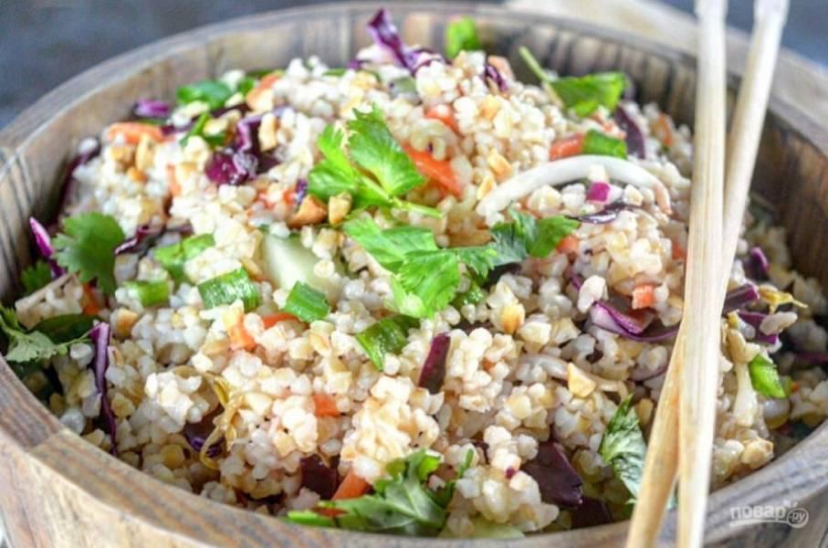 4.Подавайте салат сразу к столу или отправьте его в холодильник.
