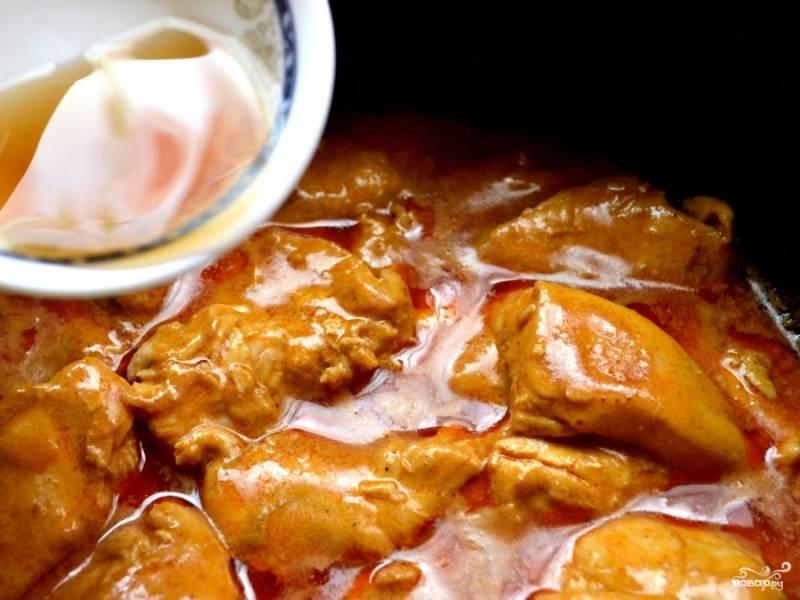 И в конце рыбный соус. Перемешайте. Потушите до полной готовности курицы. Подавайте с рисом.
