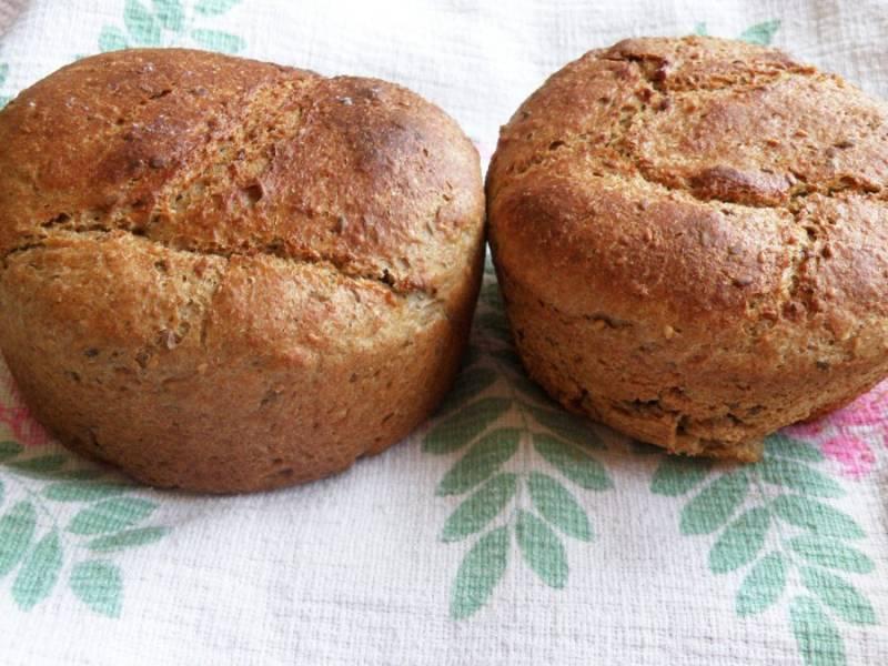 Готовый хлеб выньте из форм, «умойте» его холодной водой и накройте полотенцем. Дайте хлебу остыть и вылежаться за ночь для созревания вкуса.