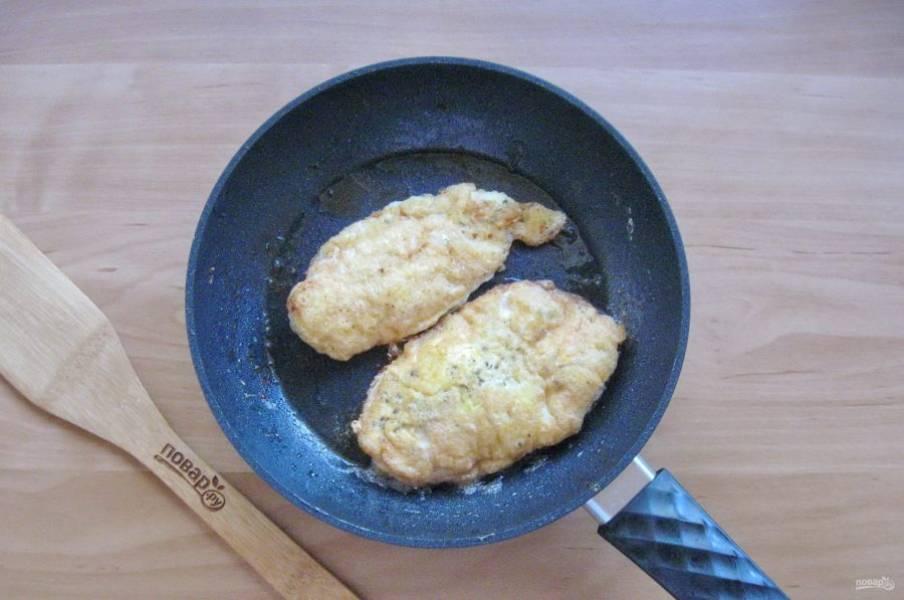 Обжарьте филе с обеих сторон до золотистой корочки.