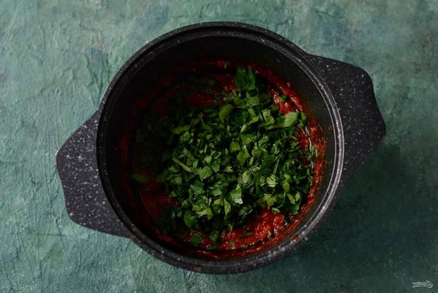 Добавьте зелень, и варите соус еще 10 минут.